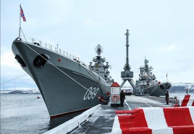 俄罗斯海军北方舰队旗舰彼得大帝号核动力巡洋舰结束长时间部署返回母港,舰队单位按惯例准备了传统俄式烤乳猪进行犒劳。