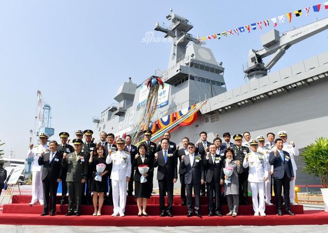 据韩联社报道,5月14日韩国独岛级两栖攻击舰在釜山永道韩进重工造船厂正式下水,据称,该舰将在2020年正式交付韩国海军。(来源:梁无咎)