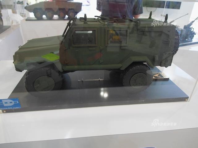 马来西亚防务展上,南非展团也是高调参加,展出了石茶隼武直,轮式突击车,精确制导导弹,无人机,装甲工程车等南非强势项目。(新浪军事独家拍摄,全网首发)
