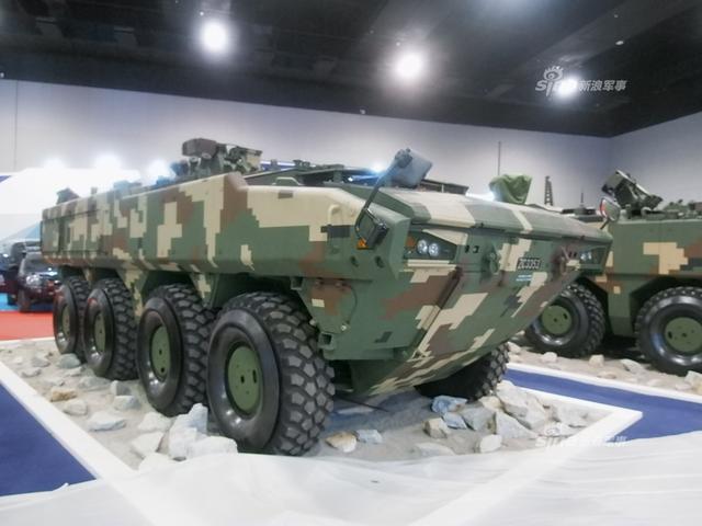 在马来西亚防务展上,马来西亚展示多款自己研制的轮式装甲车,这些车辆已经形成一个车族,理论上对中国轮式突击车出口有一定影响。(新浪军事独家拍摄,全网首发)