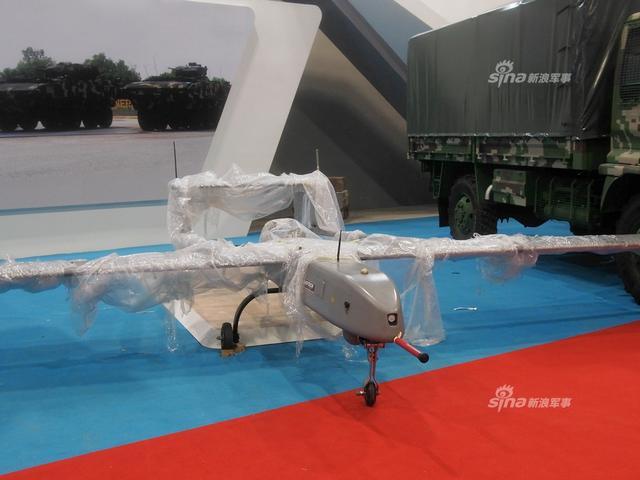 在马来西亚防务展上,马来西亚自己展出了自己国产无人机,这款无人机类似大学里研制的验证机,仅供部队侦察和训练炮校。(新浪军事独家拍摄,全网首发)