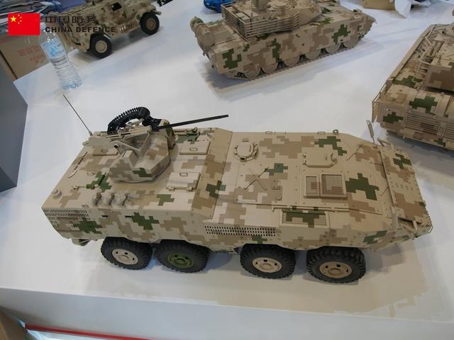 8×8轮式自行轮式突击车是由中国研制的一种具有多种打击能力、强大火力和高机动性的装甲突击武器。这次在马来西亚防务展上曝光的轮式突击车机炮采用了铰链式。(新浪军事独家拍摄,全网首发)