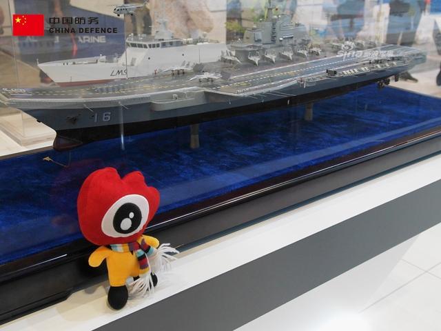"""第十六届马来西亚国际防务展(DSA 2018)近日在吉隆坡国际贸易展览中心(MITEC)隆重登场,今年中国国家展团以""""中国防务""""(CHINA DEFENCE)的身份统一参加,中船重工、保利等多家参展厂商分别展示了各自相关领域的典型出口军贸产品。新浪军事本期走进本届马来国际防务展,为您带来第一时间的现场报道。在中船重工展区,辽宁舰航母模型首次在马来西亚展示。(新浪军事独家拍摄,全网首发)"""