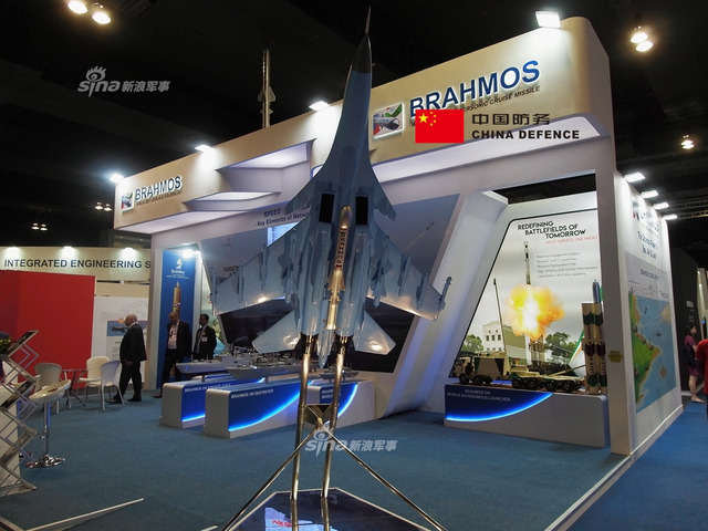 """在本次马来西亚国际防务展上印度厂商也占据了一席之地,虽然在以往的国际防务展上印度更多扮演的是来采购的客户,但是现如今咸鱼翻身也推出了一款拳头产品----""""布拉莫斯""""巡航导弹,什么潜艇潜射、舰载垂发、陆基机动、还有Su-30MKI挂载,不过这个Su-30做工可真不怎么样,一股廉价的塑料质感。(新浪军事独家拍摄,全网首发)"""