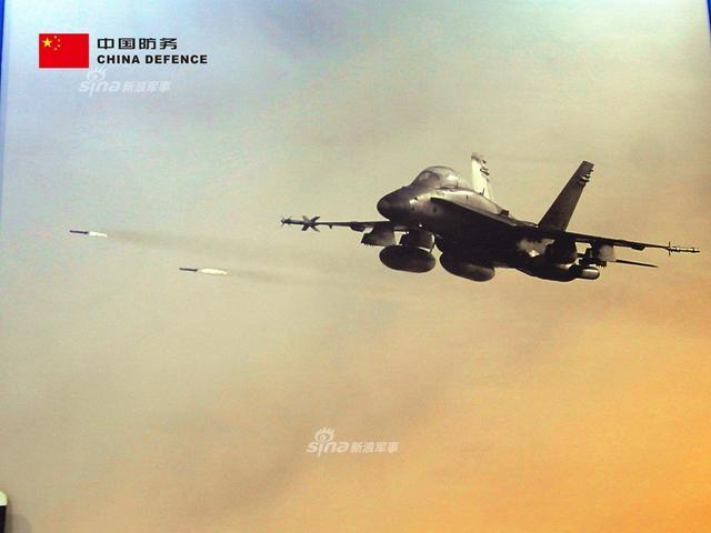 在本次马来西亚国际防务展上也有大批欧美厂商进驻,在美国波音公司的展位上一张刷大的宣传画分外引人注目----F/A-18超级大黄蜂在撸火箭弹!不过除此之外展位上的展品摆的也太凌乱了,真是不上心啊~(新浪军事独家拍摄,全网首发)