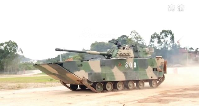 ZTD-05两栖履带式突击车是解放军用于抢滩登陆作战的一款主力装备,它全重30吨左右,但在战士手中它就像小汽车一样的灵活自如。(鼎盛军事)