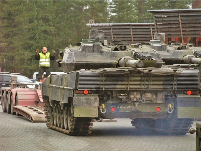 11月中旬,结束北约三叉戟演习的丹麦陆军第1旅Jutland Dragoon军团第1装甲营的豹2A5坦克乘用民用机动车运输返回丹麦奥斯陆的军事基地。