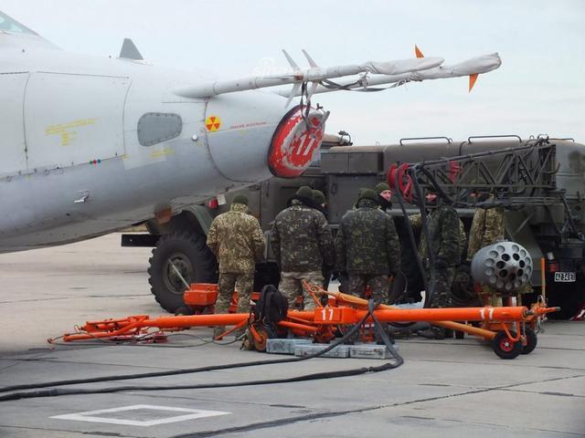 日前,乌克兰的第299战术航空旅进入全面戒备状态,该部队装备的苏-25攻击机进行了多次战斗飞行训练。