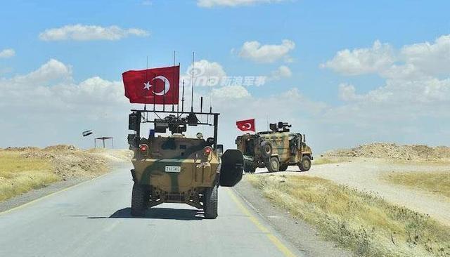土耳其軍隊趾高氣揚巡邏曼比季
