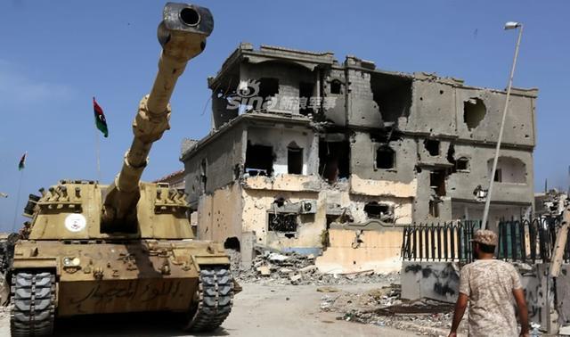 自2011年穆阿迈尔·卡扎菲被杀后,利比亚就陷入到了混乱中;如今的利比亚是各种武装势力相互争夺地盘,不断发生的冲突让利比亚人感觉活在一个没有安全感的国家中。(鼎盛军事)