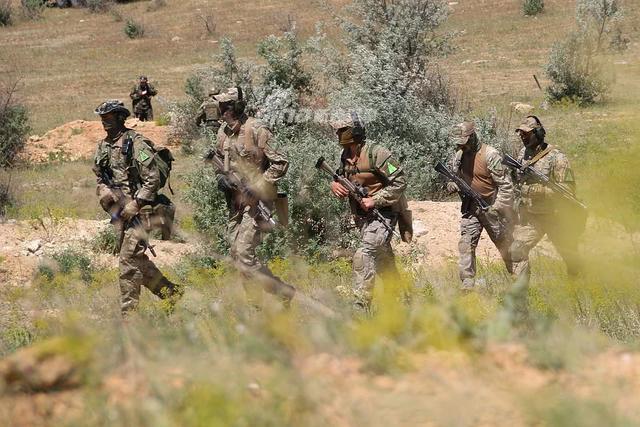 400名克里米亚特种部队成员最近举行了一次反恐演习,这些身着制服的/强壮的人已经习惯于自己背负20公斤的装备在烈日下行进。(鼎盛军事)
