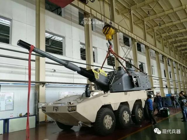 兵器工业集团有限责任公司下属北方工业有限公司推出了155毫米系列火炮的最新型号,SH11外贸型轮式155毫米自行加榴炮。(现代兵器公众号)