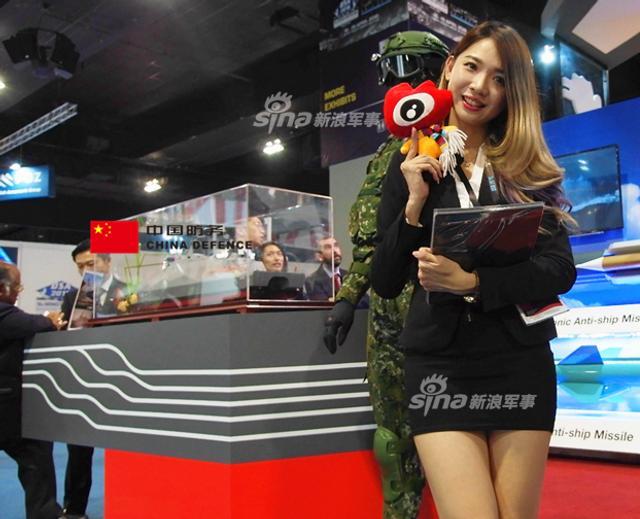 在本次马来西亚国际防务展上台湾省也来凑热闹,不过小编实话实说啊,你想用沱江舰怕是忽悠不到客户吧?歹势、还不如看水灵的台妹~(新浪军事独家拍摄,全网首发)