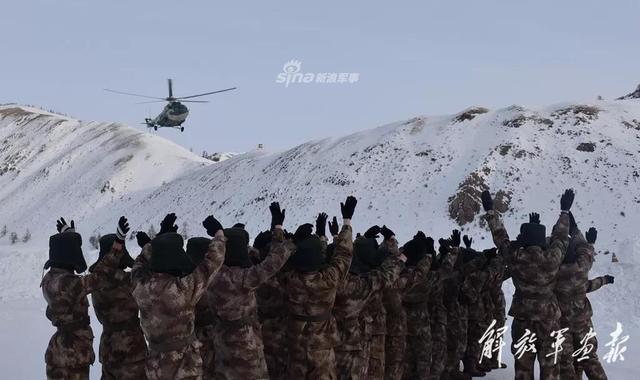 年关近了,年货来了!1月24日,新疆阿勒泰军分区利用组织红山嘴边防连换防的机会,将机关准备的数吨年货物资送抵连队。(解放军画报)