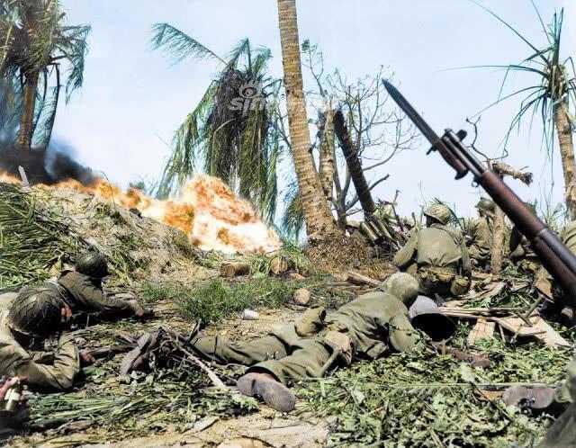 1941年12月7日,日军偷袭美军珍珠港后,日美在珊瑚岛、中途岛和瓜达尔卡纳尔群岛进行激烈的战争。1942年8月7日美军进攻并占领瓜达尔卡纳尔群岛标志着日本军国主义走向灭亡。(鼎盛军事)