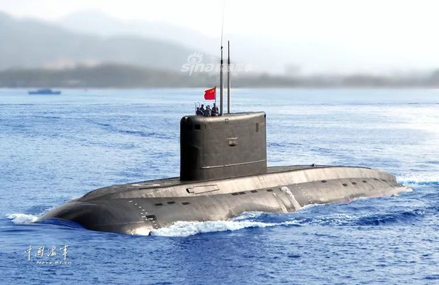 """2014年的一次战备拉动,372潜艇遭遇严重""""掉深""""险情,快速逼近潜深极限。危急时刻,陈祖军和战友朱召伟、毛雪刚3人瞬间作出反应,毅然断绝了自己""""后路"""",封闭主机舱进行堵漏……(中国海军网)"""