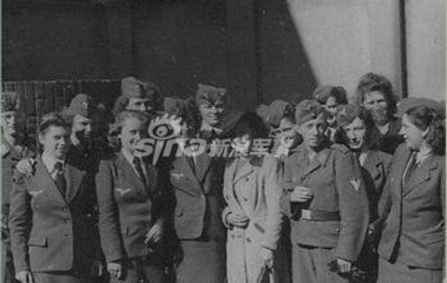"""二战时期,纳粹党魁希特勒为了清理德国境内那些""""没有生存价值的生命"""",成立了一个由美女护士组建的特别行动小组,名叫""""T-4行动小组""""。何为""""没有生存价值的生命""""呢?希特勒认为,德国境内那些没有行动能力的重病患者,亦或是患有严重精神疾病的人,都是""""没有生存价值""""的。他们的存在,只会占用医院的床位和医疗资源,他们不会为德国做出任何贡献。于是,希特勒便制定了一份绝密的计划,利用年轻貌美的护士小姐,组成行动小队,""""处理掉""""那些重病患者。(空军之翼)"""