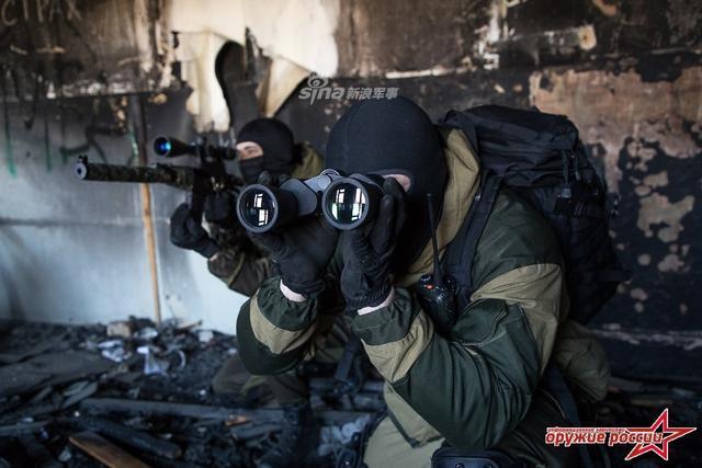 """和美国的烟草火器与爆炸物管理局类似,俄罗斯联邦也有专门的药物管制局。而且这个部门还有一支特种部队——""""雷霆""""特种部队。这些特种部队的武器和装备都很先进,""""北约化""""程度也很高。据悉、该部队在车臣战争中崭露头角,这是""""雷霆""""特种部队的狙击手训练。(来源:彩云香江)"""