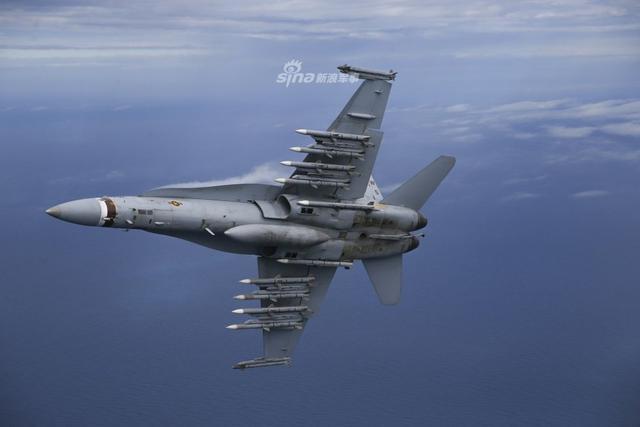 """美国海军陆战队第323战斗攻击中队的F/A-18C""""大黄蜂""""挂载了10枚AIM-120中距弹和两枚AIM-9X格斗弹。(lfx160219)"""