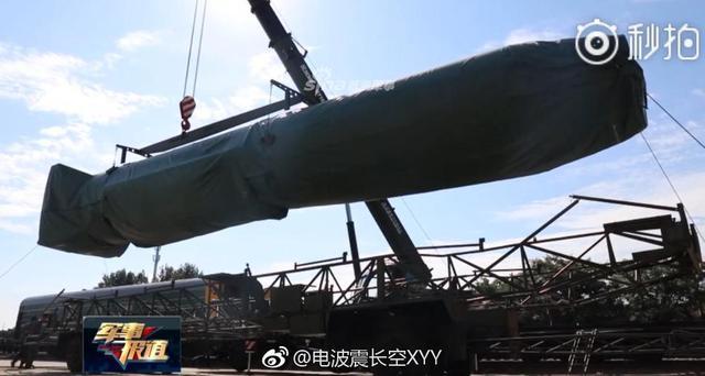 """近日,在CCTV军事报道的一期节目中,出现了一个包裹严实型号不明的""""导弹"""",网友根据该物体的外形与尺寸推断疑似东风3弹道导弹,那么问题来了,你认为这究竟是什么型号?(来源:央视军事报道/电波震长空)"""