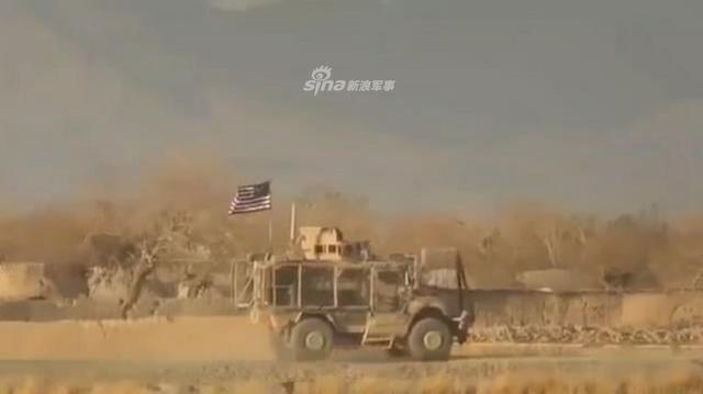 根据美国国防部的说法一名受伤的美国士兵死亡,他是11月27日在阿富汗加兹尼安达尔地区执行任务中遭遇简易爆炸装置受伤的,而这次事件已经造成其他三名美国军人死亡;近日阿富汗塔利班公布了这一次爆炸的过程,只见一辆美军防雷车从镜头经过。(鼎盛军事)