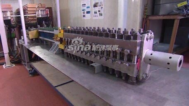 近日,俄罗斯媒体报道了俄电磁炮的原型进行了一次成功测试。据报道,该轨道炮以每秒3公里的速度成功发送100克的炮弹。据悉俄罗斯科学院联合高温研究所(ОИВТ РАН)在2016年研制的电磁轨道炮,弹丸速度已达到第一宇宙速度(7.9 km/s)。(来源:彩云香江/北方机械制造生产联合体)