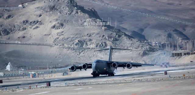 据外国网友12月18日在社交媒体上发布的图片显示,印度空军的7架C-17重型军用运输机降落在印控克什米尔拉达克地区的列城高原机场,这个大型军用机场位于中印边境西段地区,非常靠近中印争议领土。