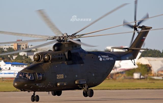 经过现代化升级的米26T2V重型军用运输直升机。米-26直升机是苏联时期研制的一款双发多用途运输直升机,也是当今世界上仍在服役的最重、最大的直升机。