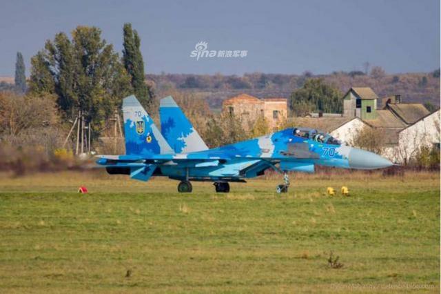 """""""晴朗天空2018""""多国军演于10月8日至19日在乌克兰赫梅利尼茨基州和文尼察州举行,美国、乌克兰、波兰、英国和丹麦等国约900名士兵参加;演习期间乌克兰苏-27UB战机展示了令人印象深刻的低空通场表演。(鼎盛军事)"""