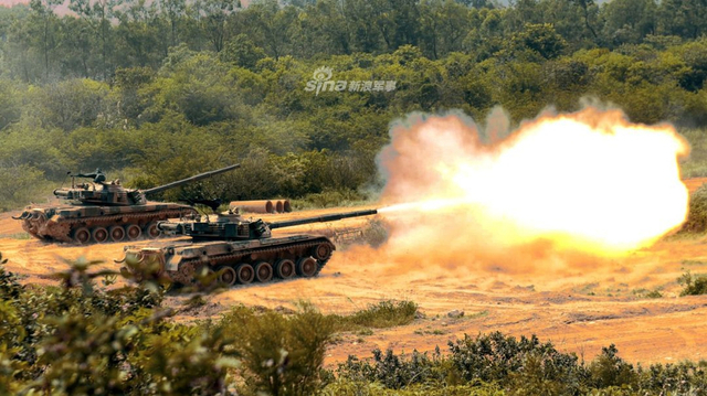 近日,南部战区陆军第74集团军某旅在岭南某练兵场上演了一场比武大战。比武第一天进行坦克专业比武竞赛,比武人员驾驶坦克通过绕杆限制路、低洼障碍路,然后进入补给阵地进行弹药补给并迅速驶进火炮射击阵地进行实弹射击。(南部战区公众号)