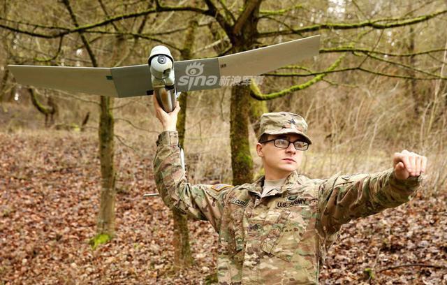 """如今随着无人机大量在战场上应用,为一线作战的士兵带来了极大的便利。因此越来越多的先进无人机也开始陆续进入到部队中服役。美国海军陆战队最近就启用一款新的秘密武器,它就是绰号为""""渡鸦""""的无人侦察机 RQ-11。(烽火军事)"""