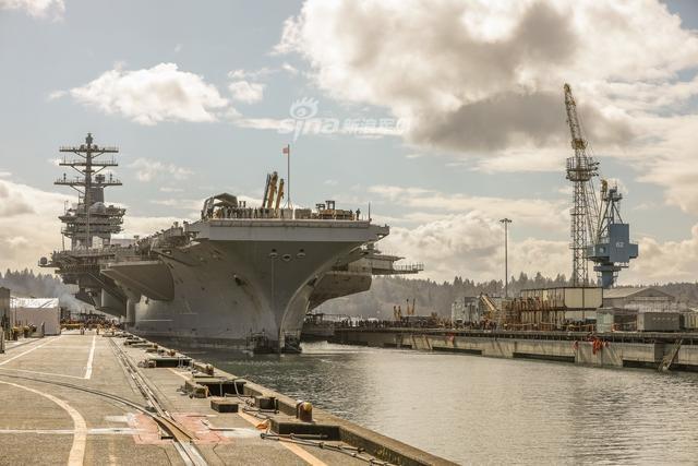 美国海军的尼米兹号航母(CVN 68) 在华盛顿州的普吉特湾海军造船厂干船坞进行为期约15个月的大修计划。它于1972年5月13日下水,1975年5月3日服役,可同时搭载70余架各型舰载机和舰载直升机。(鼎盛军事)