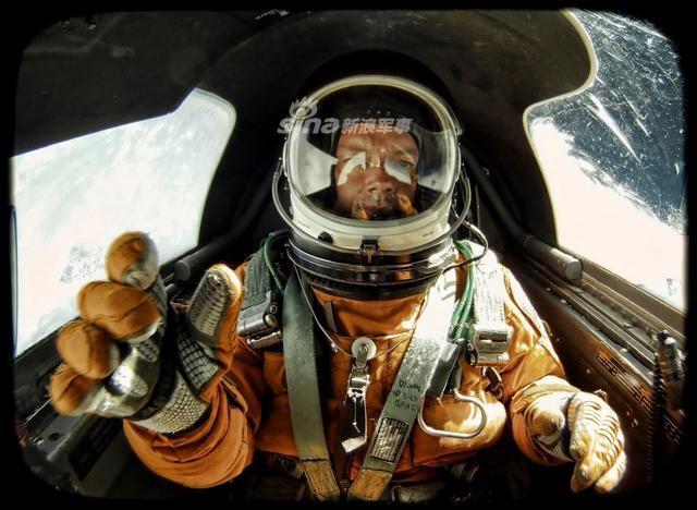 """飞行员面对的""""三急""""最主要的是上小号的问题,其他二急可通过起飞前调整饮食来解决。如U-2和SR-71战略侦察机飞行员在执行长航时任务前吃的就是高蛋白的牛排和鸡蛋,这就是为了防止肠胃胀气,避免在飞行中引起不适。(空军之翼)"""