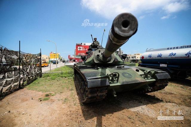 近年,解放军96、99主战坦克两个家族不断改进,防护能力持续上升。 这让台岛陆军急坏了 —— 台陆军坦克的大炮,可能根本打不穿这两种坦克!就是著名的英国设计L7系列105毫米坦克炮,代表1970年代水平。部分分析报道认为,99坦克的炮塔正面防护达到了700毫米均质轧制钢装甲的水平,车体正面可能略低一点。