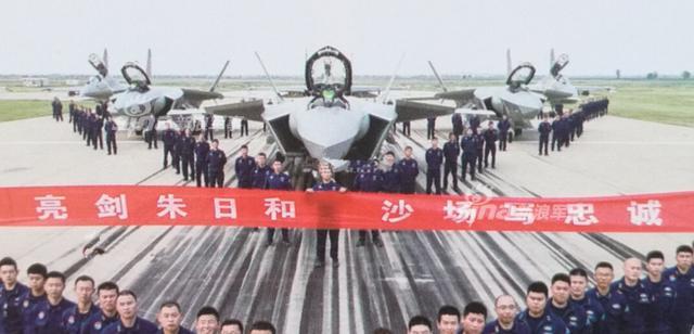 """曾几何时,外军战机在跑道上演""""大象漫步""""让中国军迷既是羡慕又是心酸,如今我军新型战机也已经常态化的进行这一举动。图为歼20和歼16编队(图片来源:环球网)"""