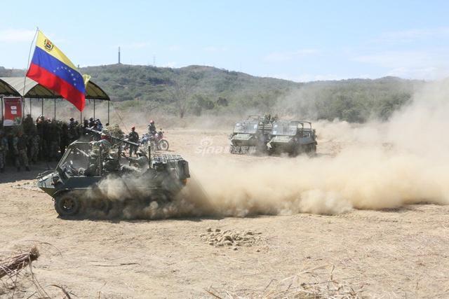 """""""今日俄罗斯""""10日消息,当地时间2月10日,委内瑞拉总统马杜罗启动该国有史以来最重大的军事演习。马杜罗表示,委内瑞拉必须准备捍卫主权、领土完整和独立。图为委内瑞拉从中国引进的""""山猫""""系列全地形车。"""