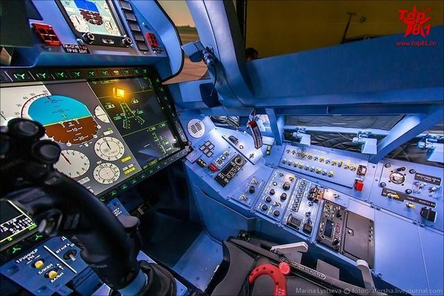 模拟仿真训练器是高性能战斗机不可或缺的训练设备,能很好的起到过渡转型训练作用。图为:苏35战斗机模拟训练系统。(来源:鼎盛论坛-死不了)