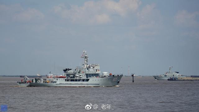 """081型(涡池级)扫雷舰扫雷舰是继082II型""""涡藏级""""扫雷舰之后,中国建造的一款新型近海扫雷舰。在该型舰作业甲板上,装有系留扫雷具所用的钢缆和音响扫雷具,并装备有甲板吊,主要担负近海扫雷任务。近日081型扫雷舰张家港号(舷号805)就率领大批扫雷舰出海。(来源:_老年_)"""