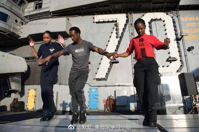 美国海军核动力航空母舰卡尔文森号此前与日本海上自卫队联手,在南海区域举行了多场军事演习。近日,卡尔文森号转赴西太平洋某地继续进行训练和舰只维护,还举办了一场甲板聚餐活动。(来源:默虹_美海军学习小站)