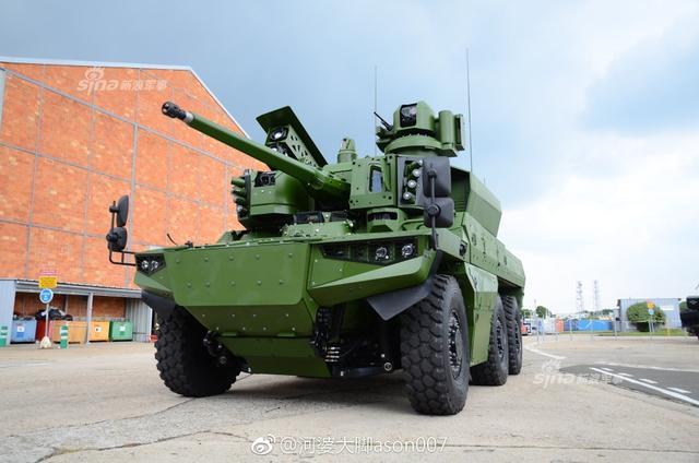 """法国""""美洲豹""""EBRC 6×6轮式侦察装甲车首辆原型车曝光。由法国奈克斯特(Nexter)、雷诺卡车防务和泰利斯公司研制的新型6X6美洲豹EBRC装甲侦察车目前已经生产出三辆原型车,和一辆设备测试车。法国计划用美洲豹EBRC装甲侦察车替代法军现役的Nexter AMX-10RC和潘哈德公司的ERC-90轮式装甲侦察车,并且利用其底盘发展出模块化的装甲车族。(来源:河婆大脚ason007)"""