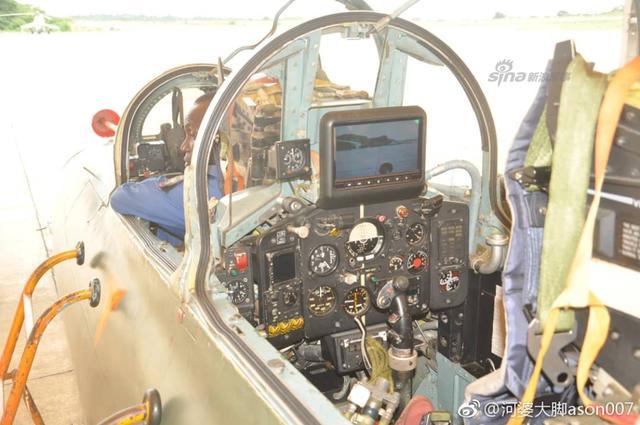 尼日利亚空军宣称其研发工作取得新突破,进一步提升了飞机维护能力。在歼教-7NI维护方面:维修通信控制单元(CCU)原来需耗时10个月费用约4万美元,现自行维修仅需800美元;仅花270美元自行以液晶显示屏换装后座CRT平显,从国外采购相同平显需20万美元;在当地采购电池替换进口航空电瓶车电池,从而大幅降低成本和停用时间。(来源:河婆大脚)