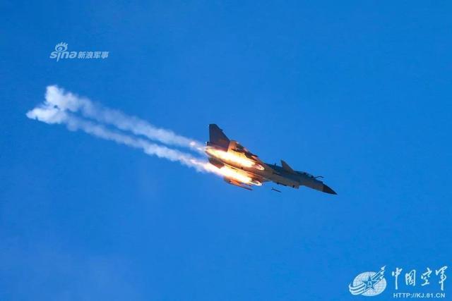 近期我空军歼10等战机与各型防空导弹在高原展开实战对抗训练。(来源:中国空军)