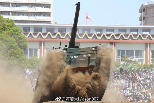 日本陆自10式坦克使用的是1200马力的8缸4冲程柴油发动机,推重比达到27马力/吨,主要武器是日本制钢所研制的120毫米滑膛炮,采用自动装弹机,不需要人力装填炮弹。10式坦克采用主动式液压气动悬挂系统,这使得坦克越野行驶平稳,大大提升了行进中开火的精准度。(来源:河婆大脚ason007)