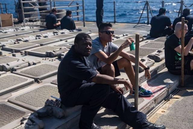 """近日向叙利亚发射完战斧巡航导弹的美国海军""""提康德罗加""""级导弹巡洋舰的""""蒙特利""""号(CG-61)举行了烧烤大会,庆祝该舰向叙利亚的目标发射了30枚""""战斧巡航导弹。"""