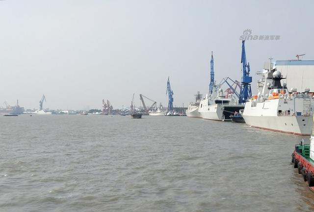 """近日网友再曝中国东部某船厂的071登陆舰和电子侦察船近况。中国海军的815G型电子侦察船往往以""""某某星""""命名,而071型登陆舰则以""""某某山""""命名。(图源:浩汉-红鲨RedShark 飞扬军事 蓝鲨小队)"""