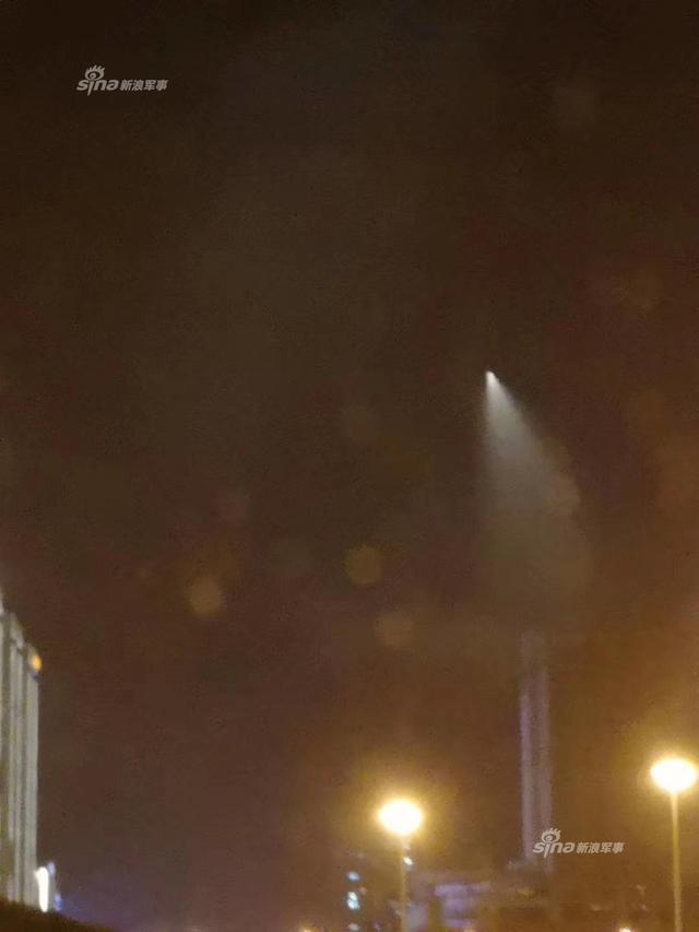 """10月11日晚间,北京等地的夜空突现""""不明飞行物"""",并在高空变轨,划出漂亮的曲线,而且华北很多地方可见!有网友曝光图片,疑似中国再次进行高超音速实验。(来源:北京人捍卫北京城 Samuel_Zhang)"""