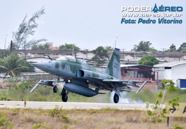 """近日巴西一架参加CRUZEX演习的F-5EM因为故障紧急降落,但着陆时太重把翼尖导弹滑轨给震折了。F-5战斗机是美国诺斯罗普公司研制的轻型战术战斗机,可挂载2枚""""响尾蛇""""空空导弹和各种空地导弹,激光制导炸弹及各类常规炸弹。(来源:Fighterman_久丽美学研究)"""