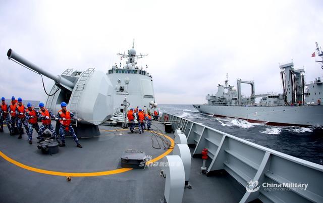 近日,东部战区海军某驱逐舰支队052C西安舰奔赴东海某海域执行战备巡逻任务,并开展实战化训练。