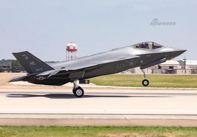 近日美国军火巨头洛马正式交付第300架F-35战机。目前洛马公司已交付300架F-35战机,到2020年底这个数字将增加一倍。美国军方计划根据空军,海军和海军陆战队的需求将购买2443架三款不同的型号的F-35隐形战机。
