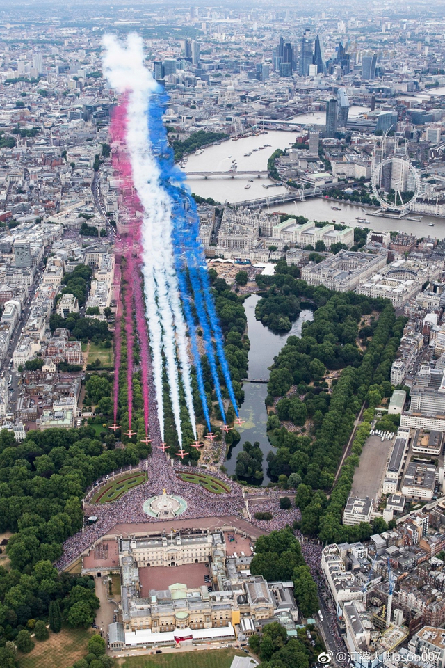 7月10日,英国皇家空军派出大批飞机飞过伦敦上空,庆祝成立百年。伦敦的白金汉宫也专门举行招待会,并邀请了包括1991年海湾战争中的英国战俘等老兵参加。与此同时,英国皇家空军还在全国各地进行战机的飞行表演和战机静态展示,以唤起公众的热情支持。(来源:河婆大脚ason007)